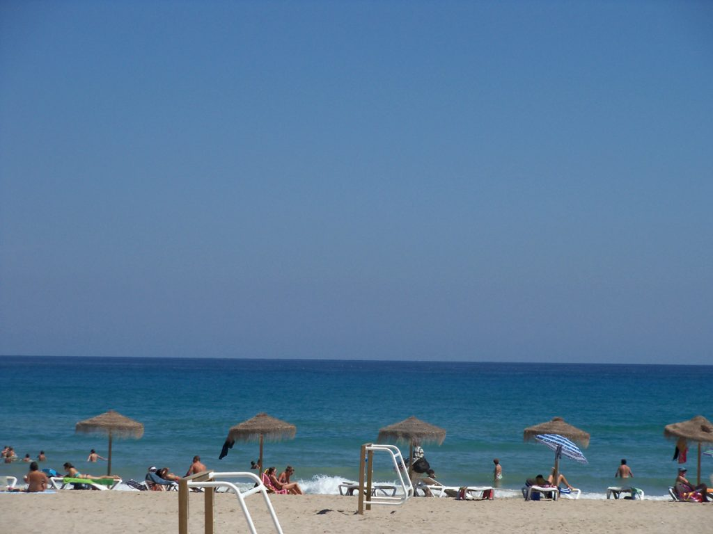 Cuidados para gestantes curtirem a praia no verao