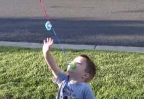 Veja o que Scott Burnett fez para convencer seu filho Blake de três anos, a abandonar o uso da chupeta quando completou dois anos de idade.