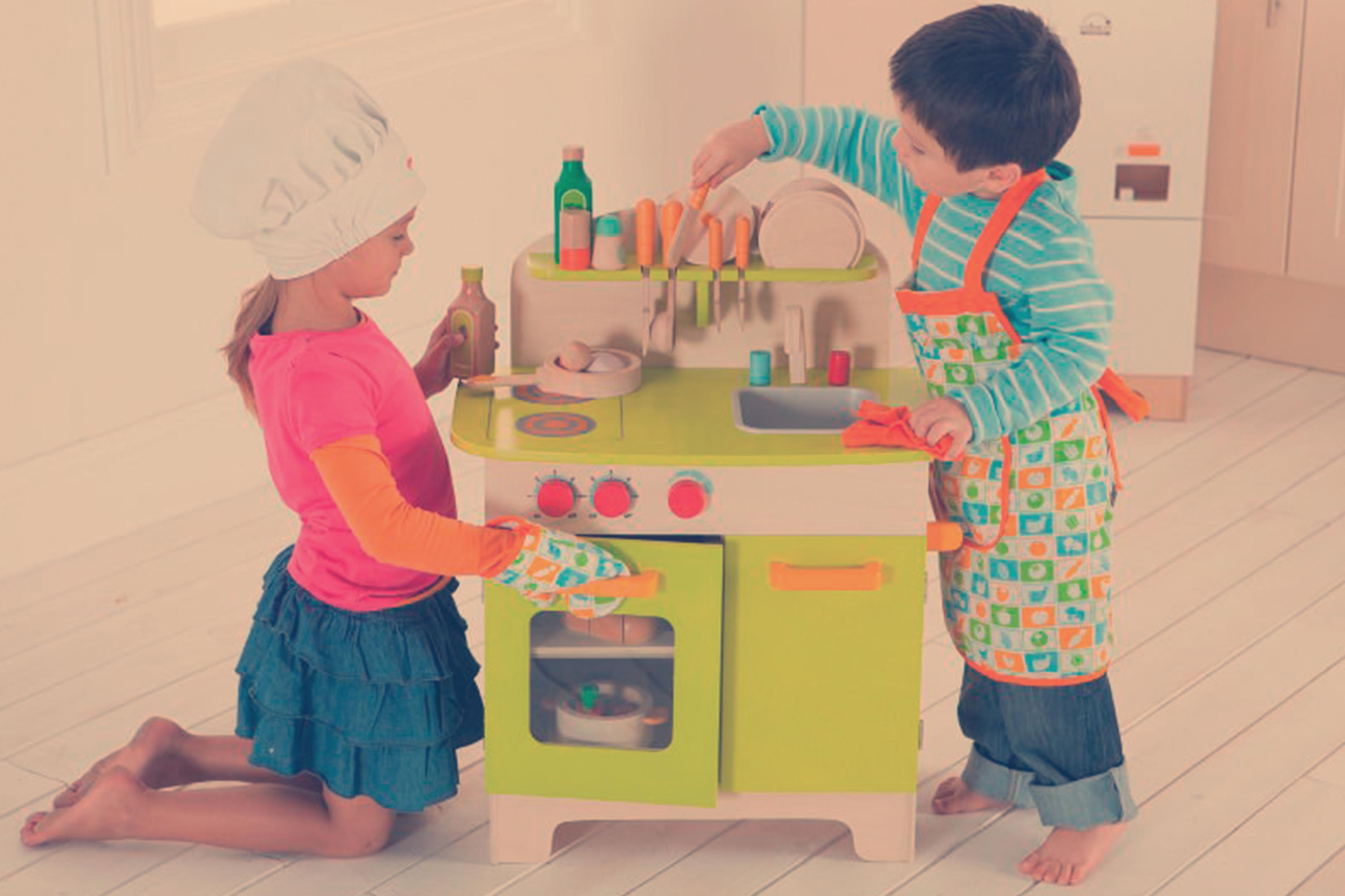 Brincadeiras com utensílios de casinha e diferentes kits - Imagem Loja Cuba ©