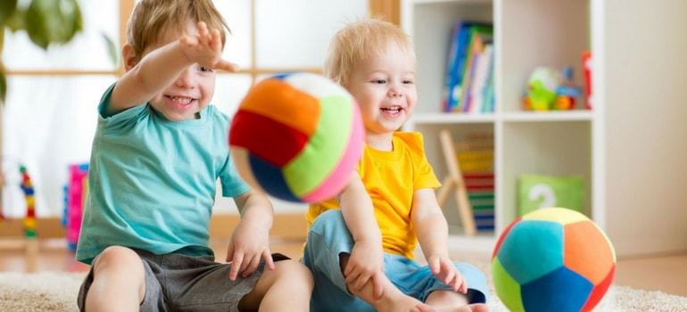 brincadeiras com bolas crianças