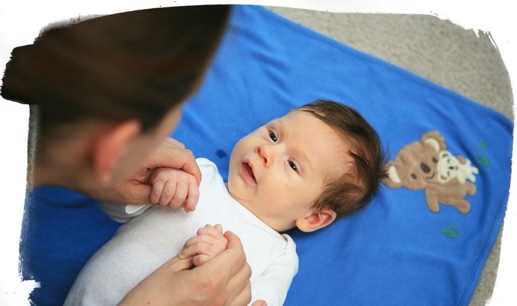 deite o de costas 1 - Top 10 atividades sensoriais para o seu recém-nascido