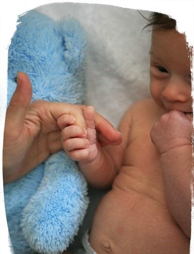 reflexo partar a mao - Top 10 atividades sensoriais para o seu recém-nascido